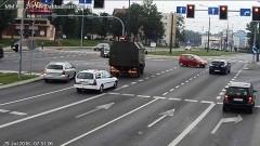 Elbląg: Wjechała na czerwonym świetle i spowodowała kolizje. Spieszyła się na lotnisko (film) - 29.07.2016