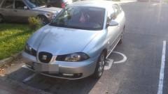Mistrzowie (nie tylko) parkowania. Auto zaparkowane na miejscu dla osoby niepełnosprawnej, a specjalna karta parkingowa?