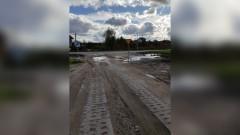 """Sztum: Zalany wjazd z ul. Słonecznej. Kierowcy """"topią"""" samochody na skrzyżowaniu – 10.10.2017"""