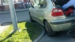 Nowy Dwór Gdański: Parkowanie mistrzów parkowania na środku skrzyżowania!
