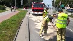 Dwugodzinna akcja usuwania 700 metrowej plamy oleju na jezdni w Malborku.