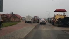 Jeszcze większe utrudnienia w Nowej Wsi Malborskiej. Drogowcy kładą ścieralną warstwę asfaltu.