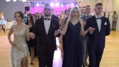 """""""Poloneza czas zacząć"""" po raz ostatni w tym roku – studniówka ZSP4 w Malborku."""