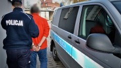 Policjanci jechali zapobiec próbie samobójczej, a zostali zaatakowani nożem.