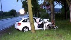 Malbork. Pijany kierowca czołowo uderzył w drzewo.