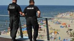 """NOWY DWÓR GDAŃSKI: POLICJANCI ROZPOCZĘLI AKCJĘ INFORMACYJNĄ """"MALUCH BEZPIECZNY NA PLAŻY"""" - 07.08.2015"""