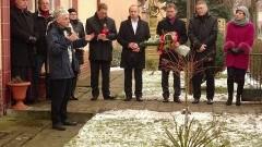 """Sztum: Tablica pamięci na dawnej siedzibie UB. Samorządowcy oddali hołd """"Żołnierzom Wyklętym"""" – 1.03.2016"""