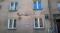 Sztum: Oderwany spory kawał elewacji sprowokował pytania. Zły stan fasad kamienic w okolicach pl. Wolności – 16.05.2016