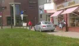Taksówką po chodniku. A piesi? Niech uciekają! Mistrz kierownicy pokazuje jak ominąć korki w Malborku - 29.07.2016