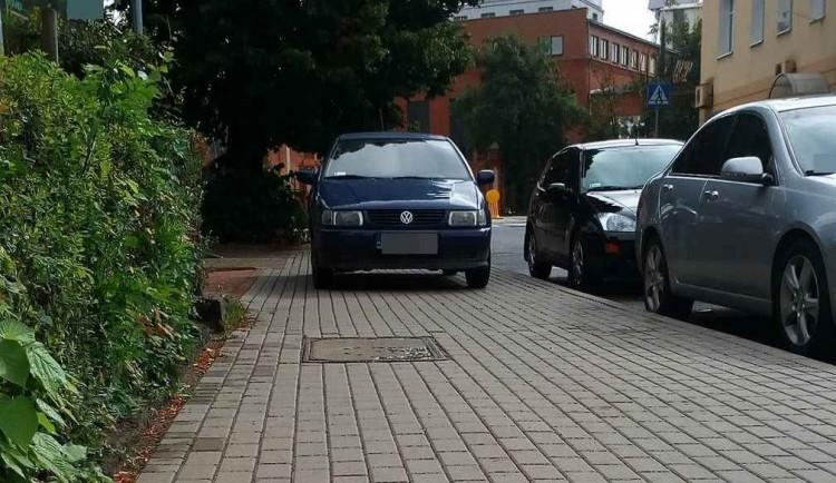 Mistrzowie(nie tylko)parkowania w pobliżu kwiaciarni przy ul. E. Orzeszkowej w Malborku - 04.08.2016