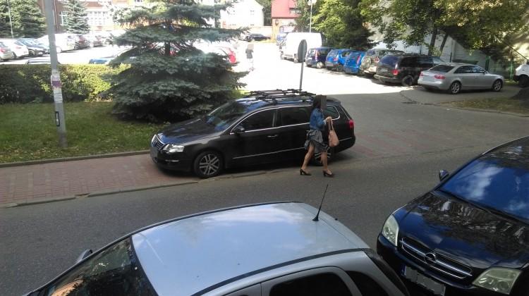 Mistrzowie(nie tylko)parkowania na chodniku przy ul. Żeromskiego w Malborku – 20.09.2016