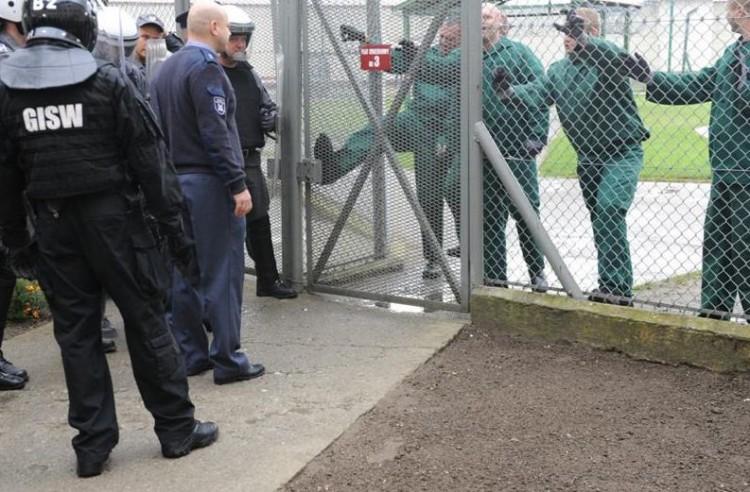 Zamieszki w Zakładzie Karnym w Sztumie! Demonstranci zaatakowali więzienie. Na szczęście były to ćwiczenia... - 23.09.2016