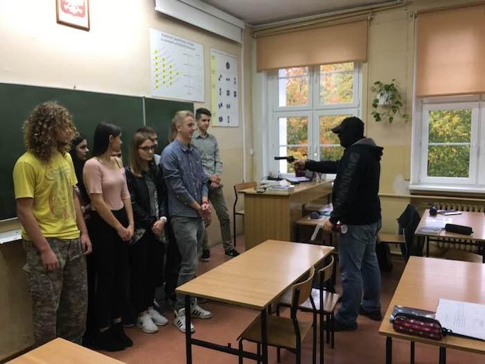 Sztum: Atak agresywnego napastnika na szkołę ponadgimnazjalną czyli ćwiczenia policjantów i strażaków – 5.10.2016