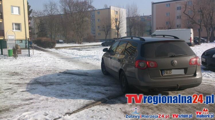 Mistrzowie(nie tylko)parkowania na chodniku przy ul.Tuwima w Nowym Dworze Gd - 16.02.2017