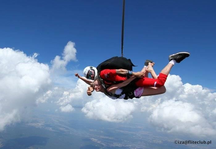 Skoki spadochronowe w tandemie – co warto o nich wiedzieć?
