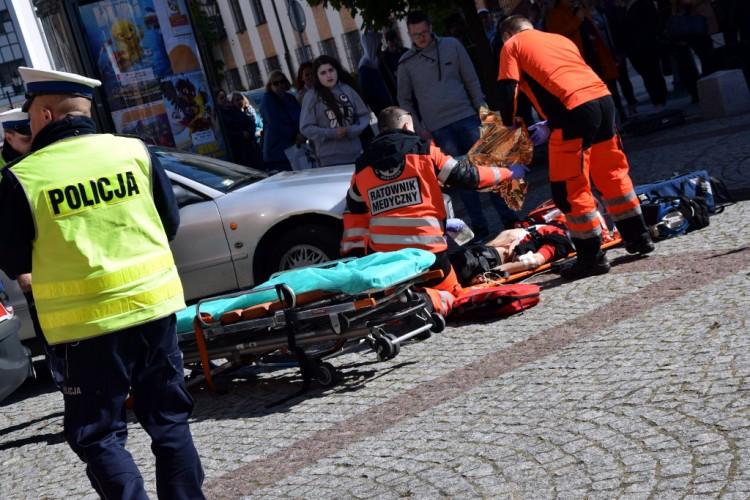 Czy wszyscy wiedzą, jak pomóc ofiarom wypadku drogowego? Kolejna już konferencja i pokaz zorganizowany przez policjantów z Elbląga.