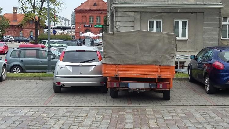 Czy miejsca parkingowe są za ciasne? Mistrzowie (nie tylko) parkowania przy Przychodni