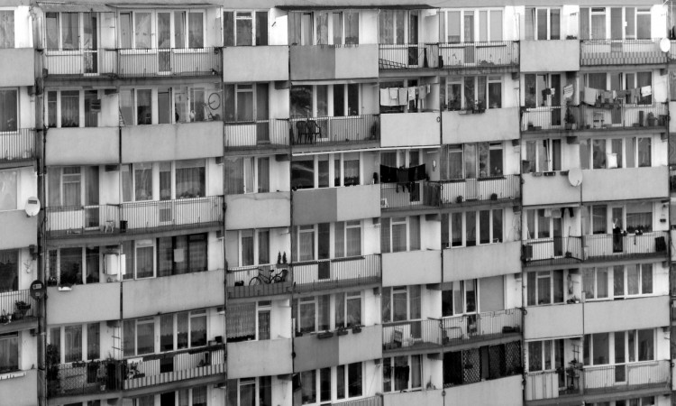Kobieta wezwała policję do człowieka zwisającego z balkonu. Okazało się, że to ... - 04.12.2017