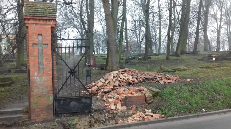 Sztum: Przywalone gruzem przęsła bramy zabytkowego cmentarza – 31.01.2018