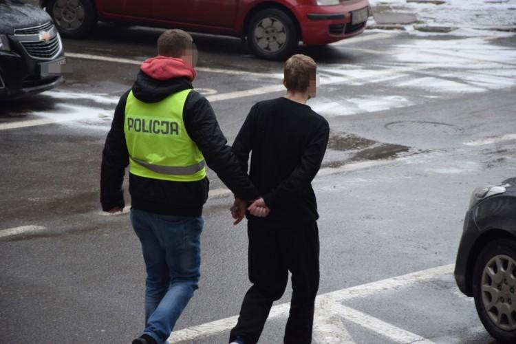 Elbląg: 28-latek Aresztowany za rozboje i kradzieże – 21.0