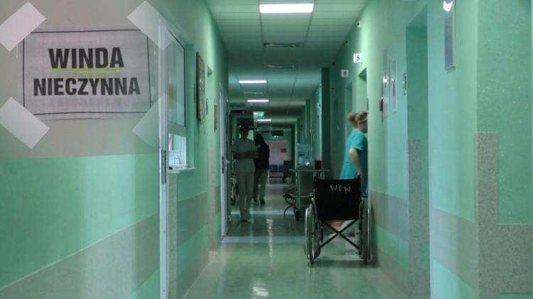 Pacjenci są noszeni po schodach. Awaria szpitalnej windy w Malborku