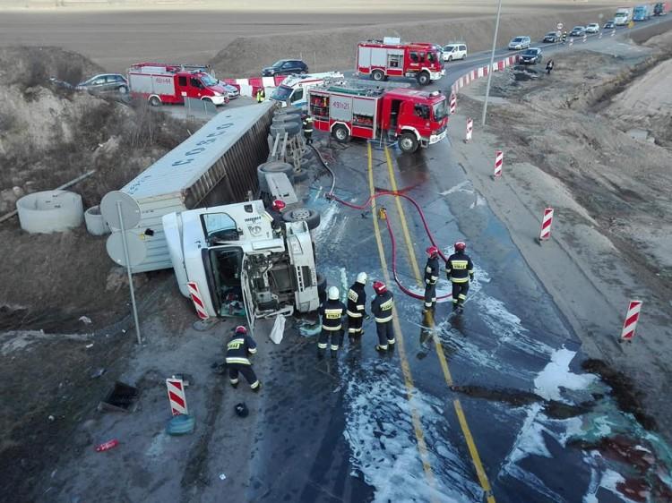 Gmina Nowy Dwór Gd.: Uwaga! Wypadek ciężarówki w Kmiecinie. Utrudnienia w ruchu w obu kierunkach. Obowiązują objazdy!