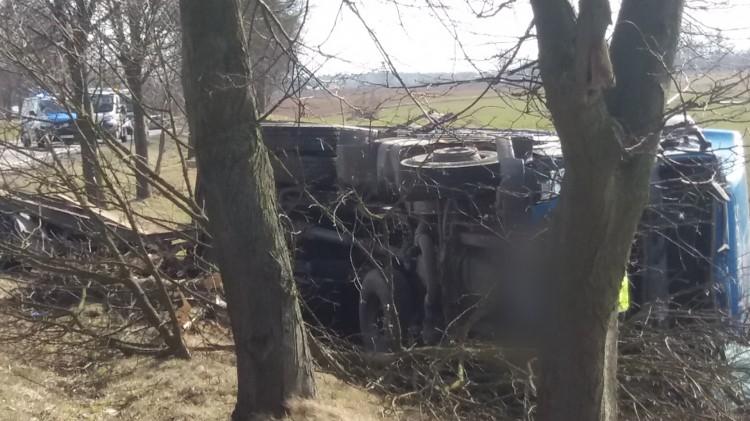 Gmina Sztum: Zaśnięcie przyczyną wypadku? Kierowca ciężarówki o krok od tragedii...
