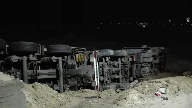 Przekroczył prędkość, rozbił zapory i wpadł na teren budowy!