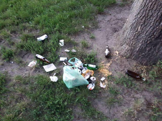 Sołectwo Stegna: Korzystasz z przestrzeni publicznej? Nie śmieć! Butelki i śmieci na placu zabaw dla dzieci.