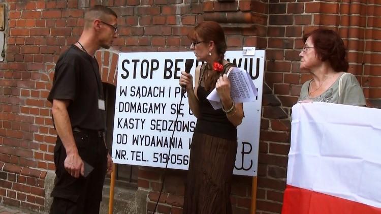 """Choć próbują ją """"uciszyć"""" , ona protestuje: """"nie dam się zastraszyć i mam zamiar walczyć..."""". Kolejna pikieta Bogumiły Skóry przed malborskim sądem"""