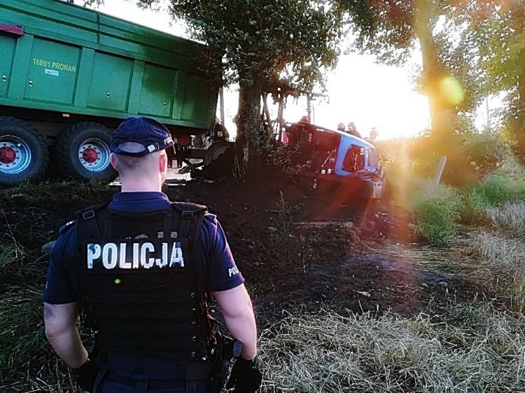 Bukowo-Szropy: Nie żyje 24-latek. Kierowca ciągnika uderzył w drzewo. Maszyna spłonęła