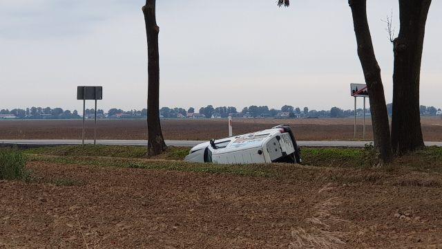 Stracił panowanie nad autem i wjechał do rowu. 47-letni kierowca z obrażeniami trafił do szpitala.