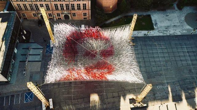 44 km białej i czerwonej wstążki. Imponująca instalacja dedykowana Lechowi Wałęsie w 35.lecie przyznania Mu Pokojowej Nagrody Nobla