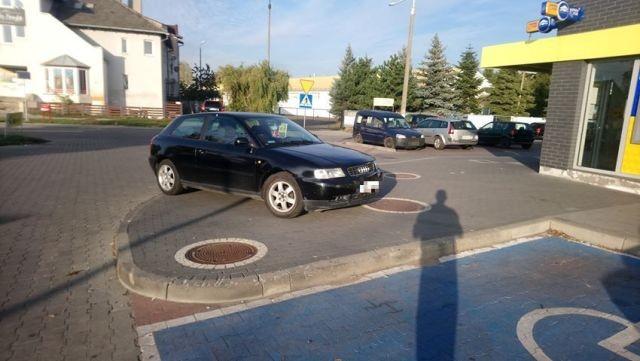 Mistrzowsko zaparkowane auto pod malborskim marketem. Mistrzowie (nie tylko) parkowania