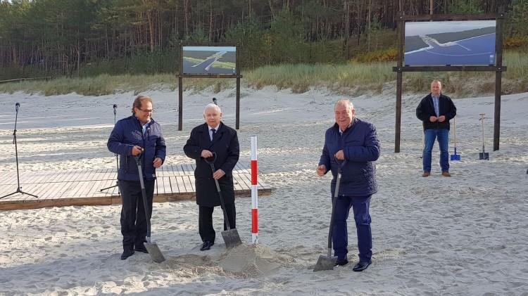 Prezes PiS Jarosław Kaczyński w Nowym Świecie wbił symboliczną pierwszą łopatę w miejscu budowy kanału. Przekop Mierzei Wiślanej rozpoczęty. [wideo, zdjęcia]
