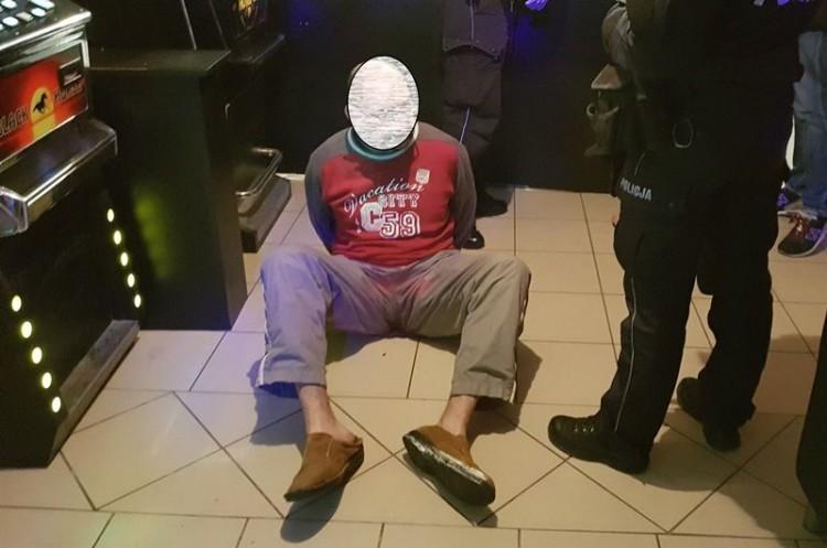 Groził bronią funkcjonariuszowi KAS. W lokalu znaleziono 5 automatów do gier