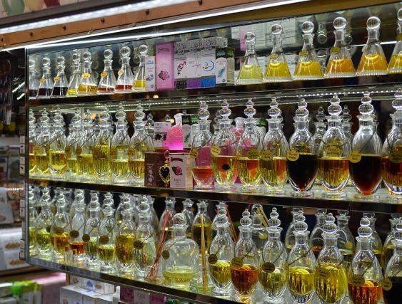 40 kradzieży o wartości 10 tys. zł. Złodzieje perfum zatrzymani przez policję.
