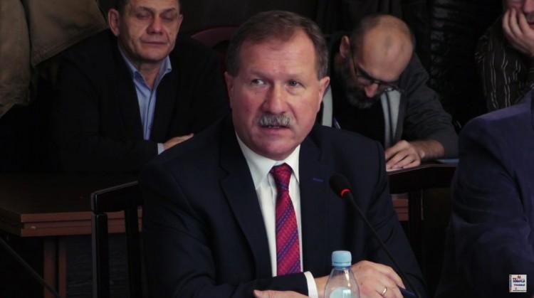 Krzysztof Grylak tłumaczy, że nie wspiera WOŚP. Radnego zainteresowała kobieta rozklejająca serduszka.