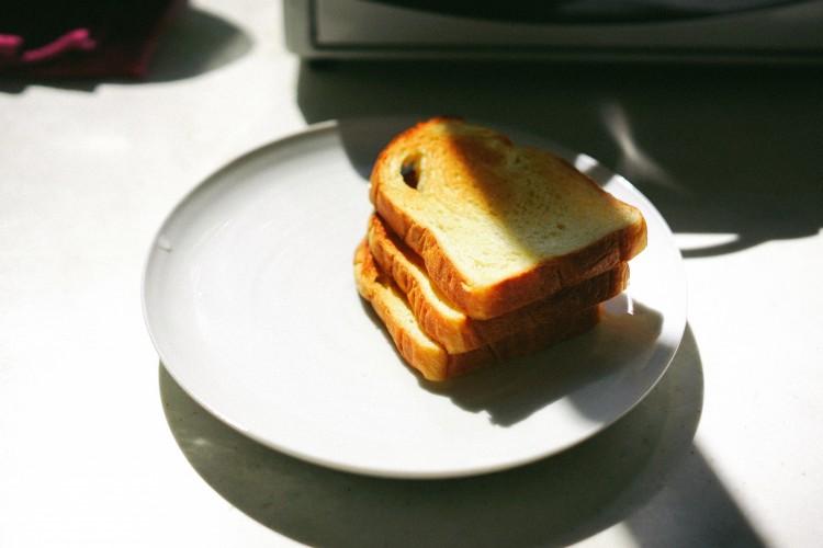 Klasyczny toster czy opiekacz do kanapek? Co sprawdzi się lepiej w Twojej kuchni?