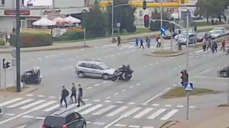 Kolizja motocyklisty z oplem na skrzyżowaniu w Malborku. Zobacz wideo