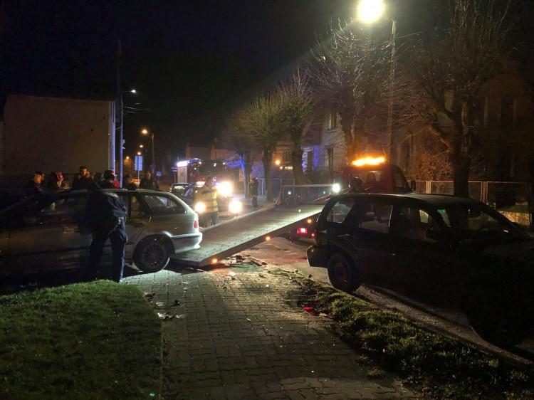 Uderzył w zaparkowane samochody i uciekł z miejsca zdarzenia.