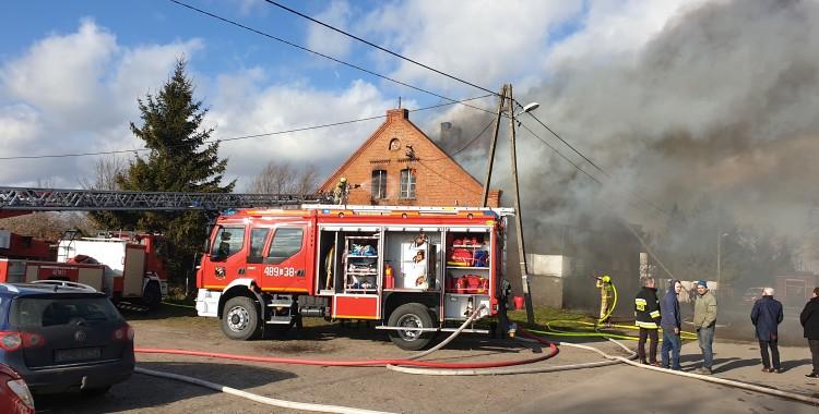 AKTUALIZACJA. W pożarze w Stogach wielodzietna rodzina straciła dach nad głową. Trwa akcja ratunkowa.