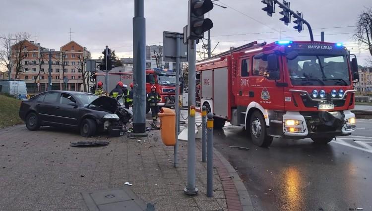 Pijany 19-latek uderzył w słup i wyleciał z auta. Tak w ostatnią niedzielę szalał po Elblągu. (materiał wideo)