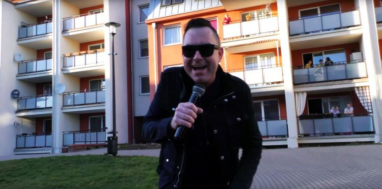 Zagrali dla mieszkańców ulicy Rodziewiczówny w Malborku. Akcja #BędzieDobrze w kolejnej odsłonie.