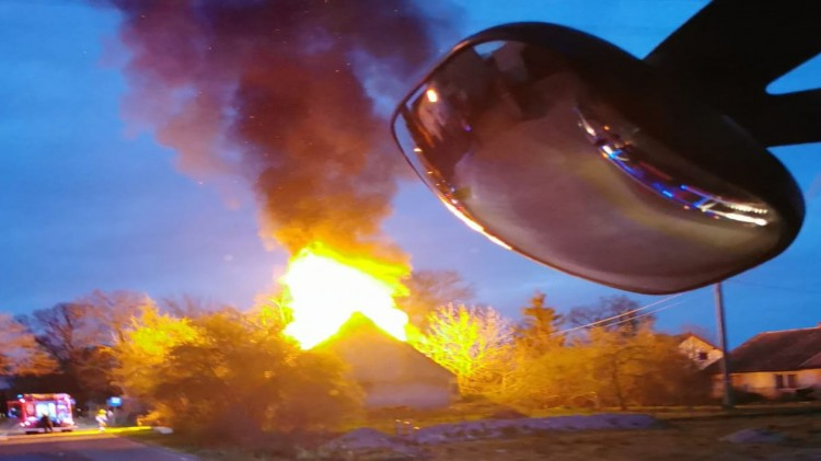 W wyniku pożaru domu w Tralewie jedna osoba straciła przytomność.