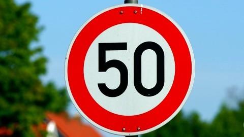 Kierowca busa przekroczył dopuszczalną prędkość o 56 km/h.
