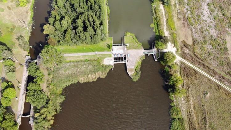 Stopień wodny Szonowo. Zobacz elektrownię wodną i śluzę z lotu ptaka