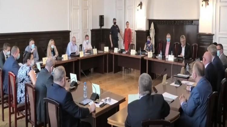 """""""Ilość głupot wypowiedzianych dzisiaj przez panią mnie poraża"""" - policyjna interwencja podczas XVIII sesji Rady Powiatu Malborskiego."""