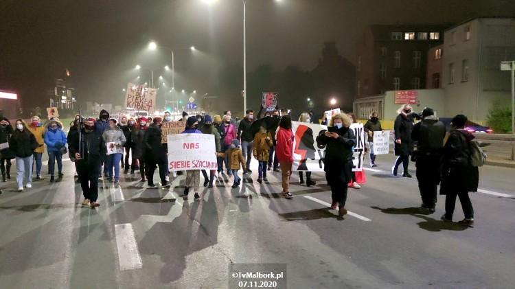Strajk kobiet w Malborku. Marta Lempart wsparła malborski strajk i zaprezentowała postulaty protestujących [wideo i zdjęcia] - Uwaga! Materiał wideo zawiera wulgaryzmy.