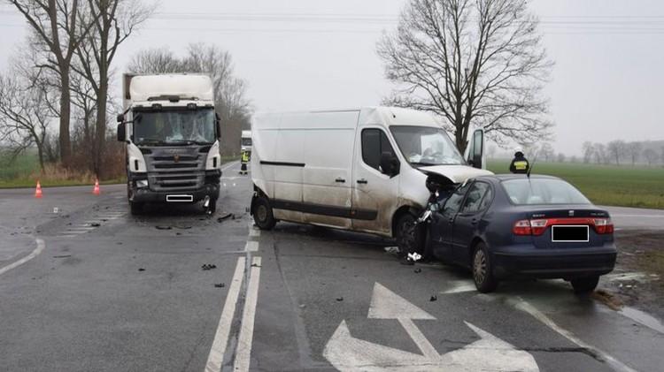 DK22. W następstwie zderzenia czołowego dwie osoby trafiły do szpitala.